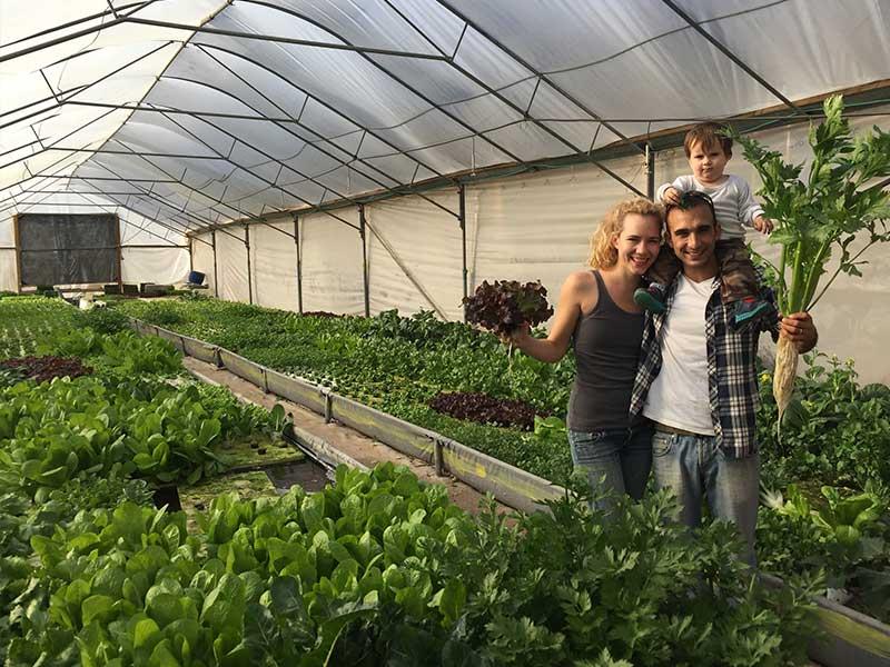 משפחת חקלאים מקומית בחוות ההידרופוניקה שלהם