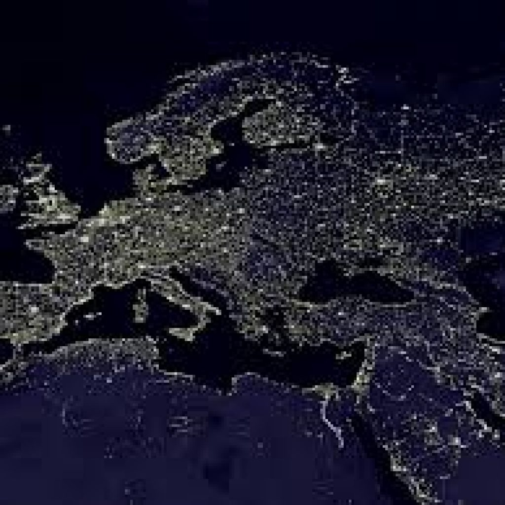 תמונת לווין של אירופה בחושך