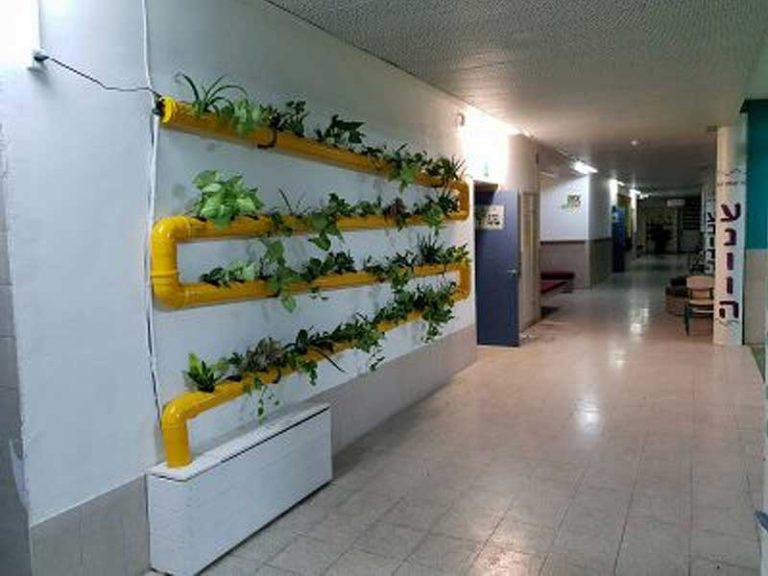 מערכת נוי ורטיקלי צהובה במסדרון בית הספר